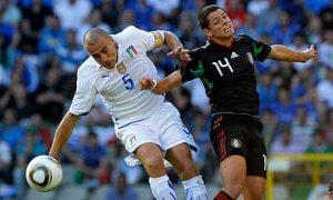 Meksiko Javier Hernández, kanan, bersaing untuk bola dengan kapten Italia, Fabio Cannavaro. Foto: Claudio Villa / Getty Images